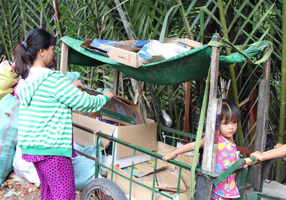 Người mẹ lượm ve chai một mình nuôi 5 con ăn học giữa lòng Sài Gòn Ảnh 1