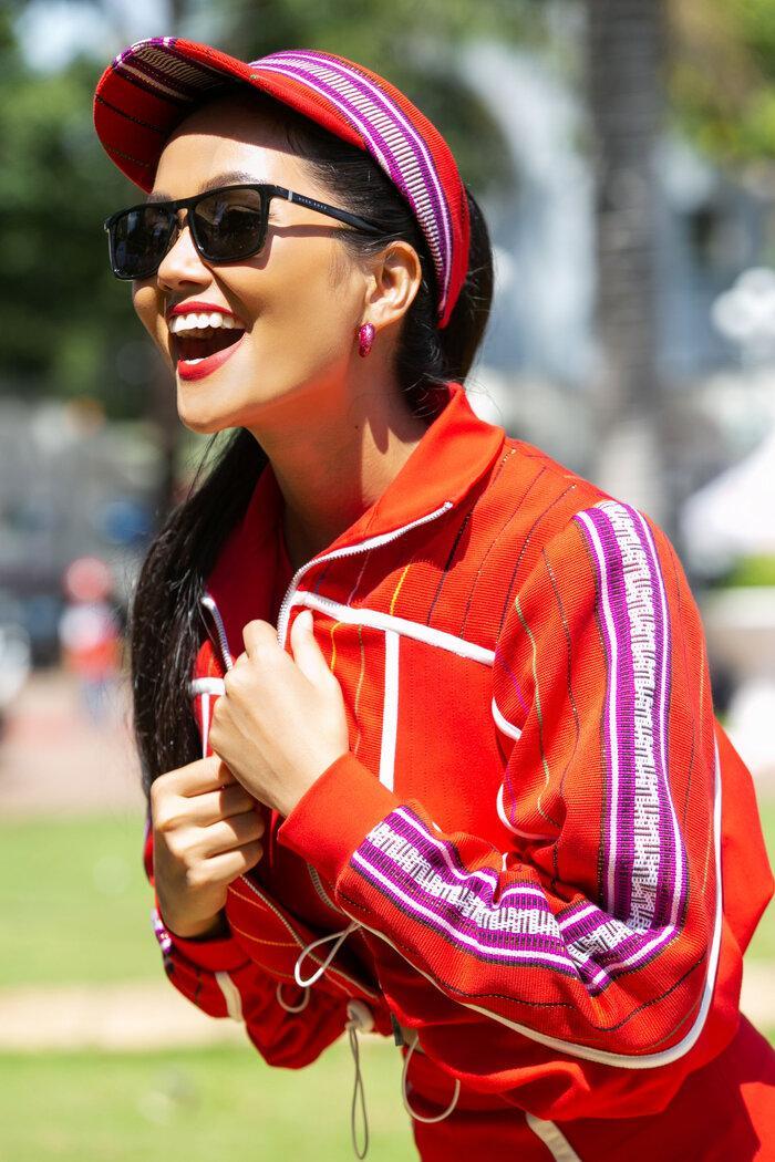 H'Hen Niê diện đồ thể thao làm từ vải thổ cẩm Ê Đê, đẹp rực rỡ như đóa hoa rừng núi Tây Nguyên Ảnh 7