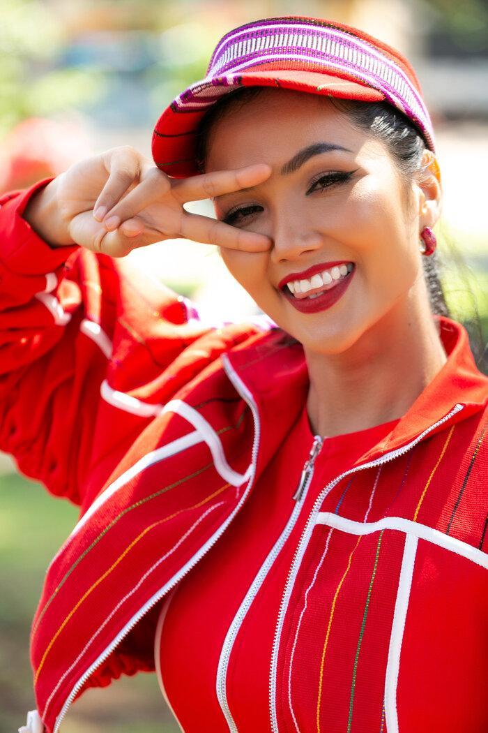 H'Hen Niê diện đồ thể thao làm từ vải thổ cẩm Ê Đê, đẹp rực rỡ như đóa hoa rừng núi Tây Nguyên Ảnh 13