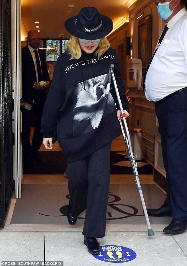 Madonna chống nạng đi kiểm tra sức khỏe Ảnh 1