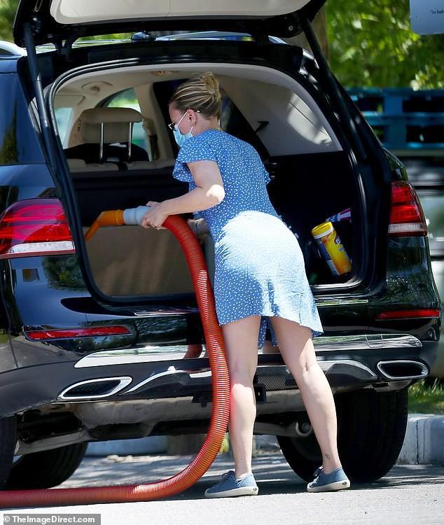 'Cô đào' Scarlett Johansson mặc đồ giản dị, tự rửa xe giữa trời nắng Ảnh 3