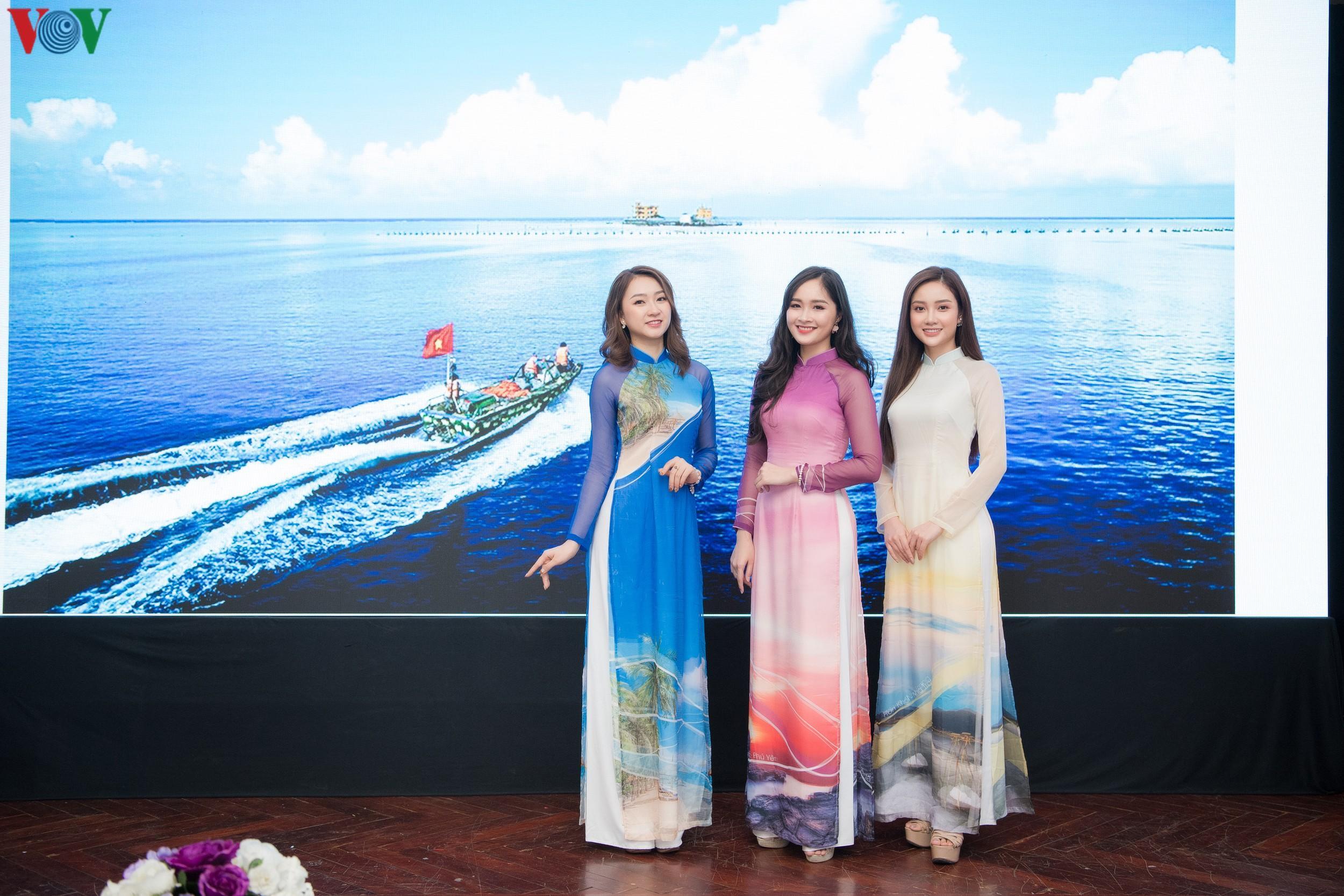 Hoa hậu Ngọc Hân, Đỗ Mỹ Linh đọ dáng với áo dài in hình biển đảo Ảnh 12