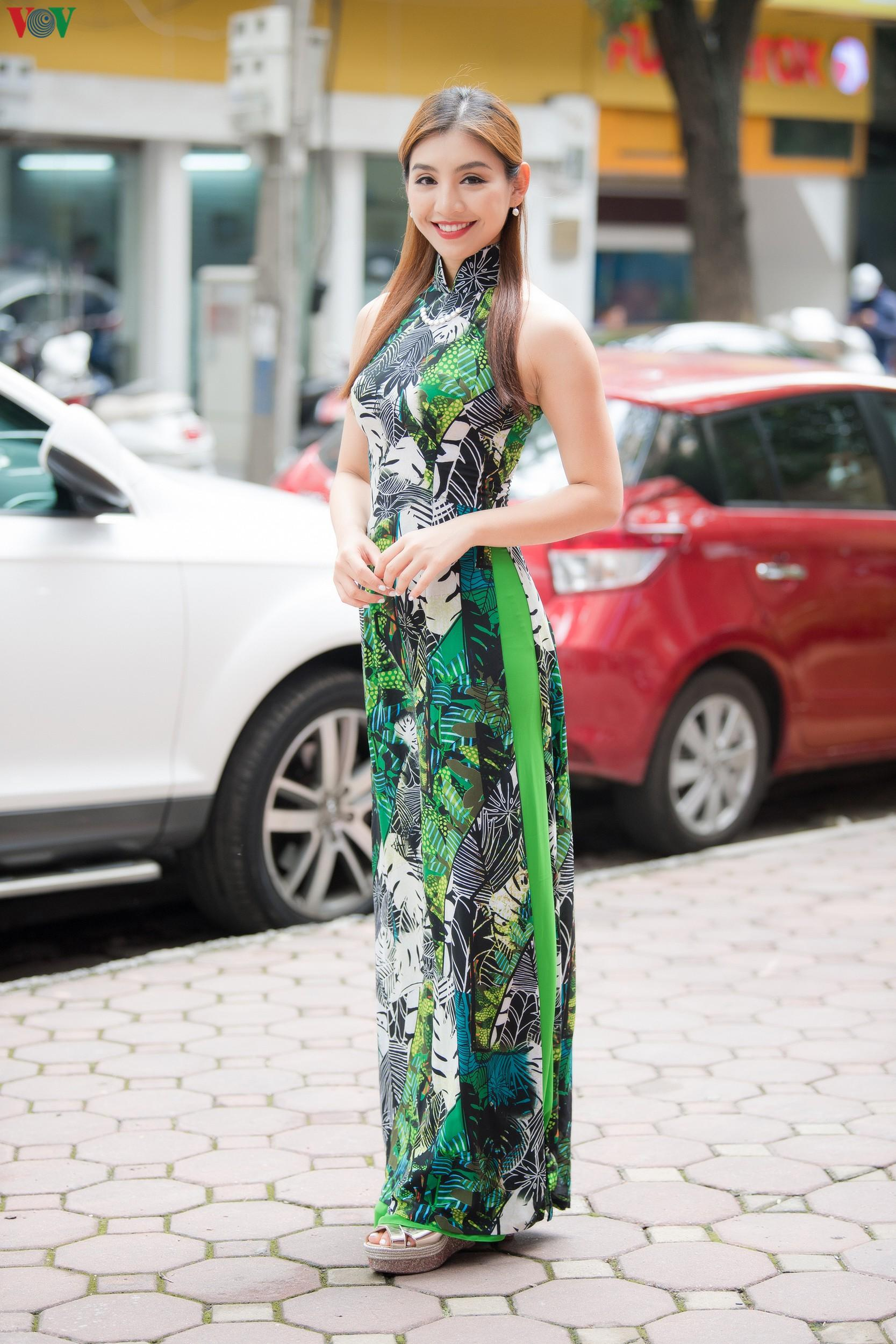 Hoa hậu Ngọc Hân, Đỗ Mỹ Linh đọ dáng với áo dài in hình biển đảo Ảnh 11