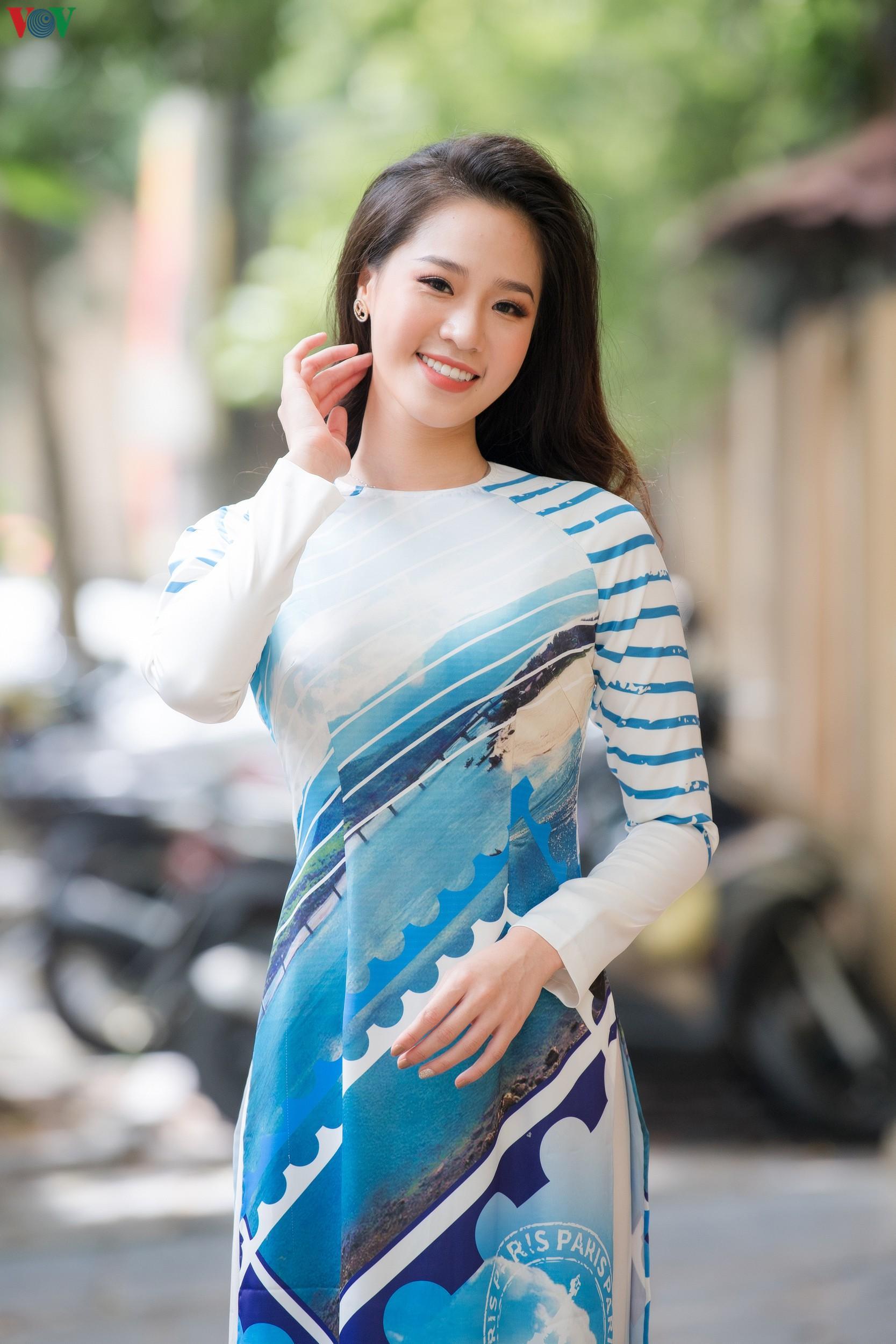 Hoa hậu Ngọc Hân, Đỗ Mỹ Linh đọ dáng với áo dài in hình biển đảo Ảnh 8