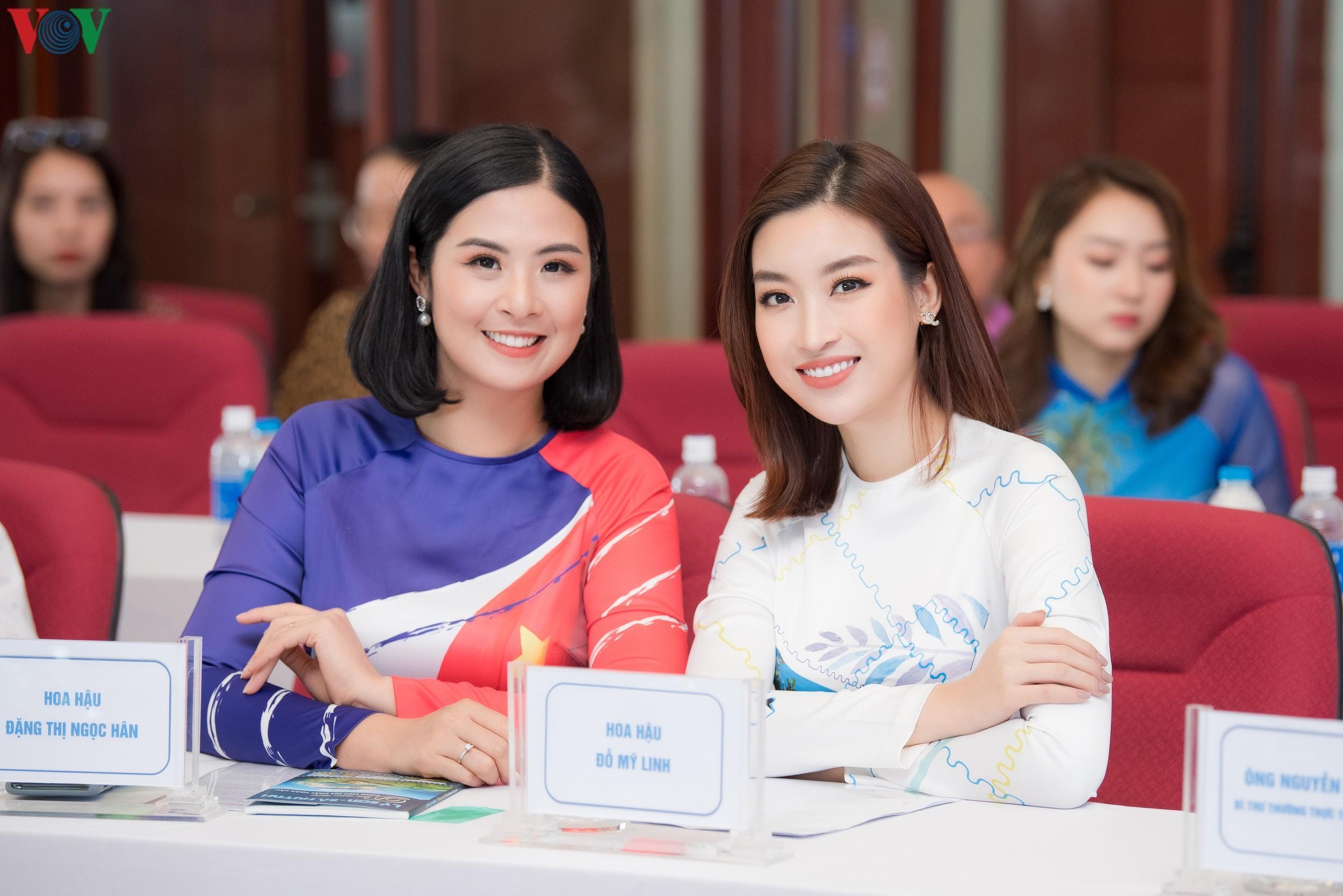 Hoa hậu Ngọc Hân, Đỗ Mỹ Linh đọ dáng với áo dài in hình biển đảo Ảnh 2
