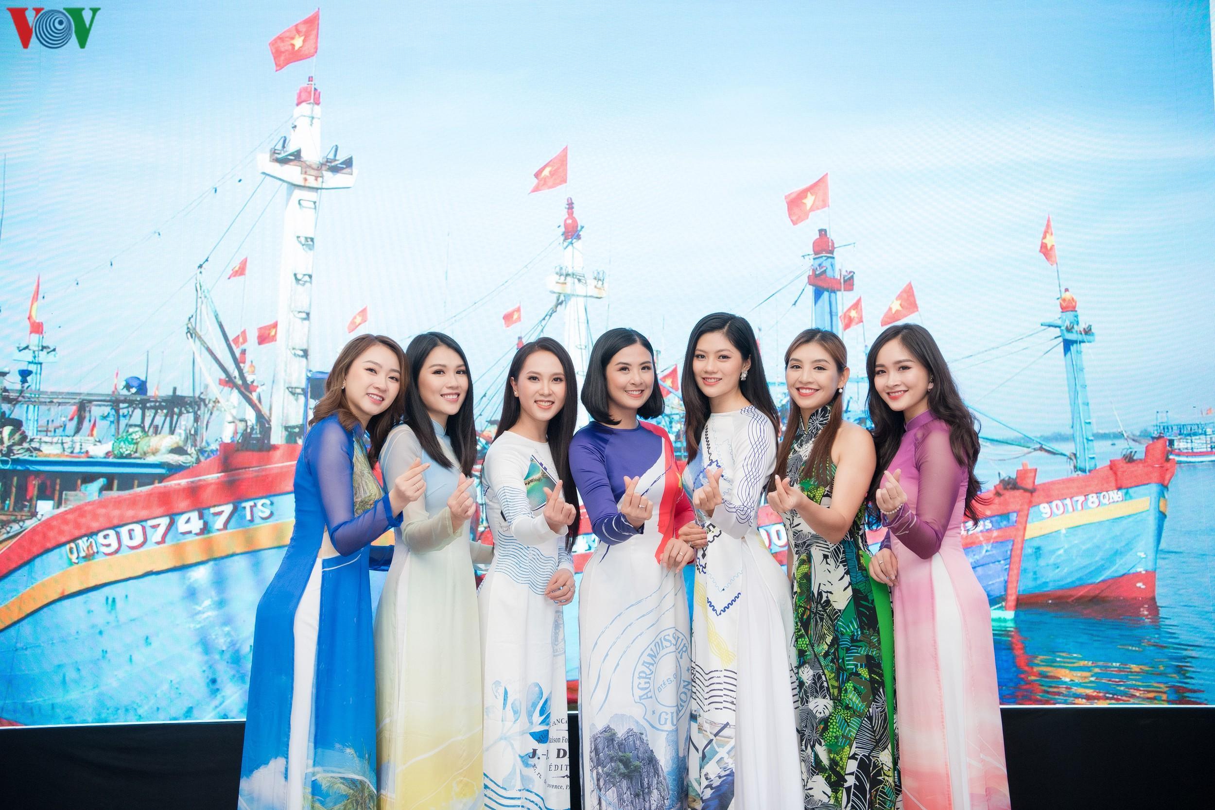 Hoa hậu Ngọc Hân, Đỗ Mỹ Linh đọ dáng với áo dài in hình biển đảo Ảnh 1