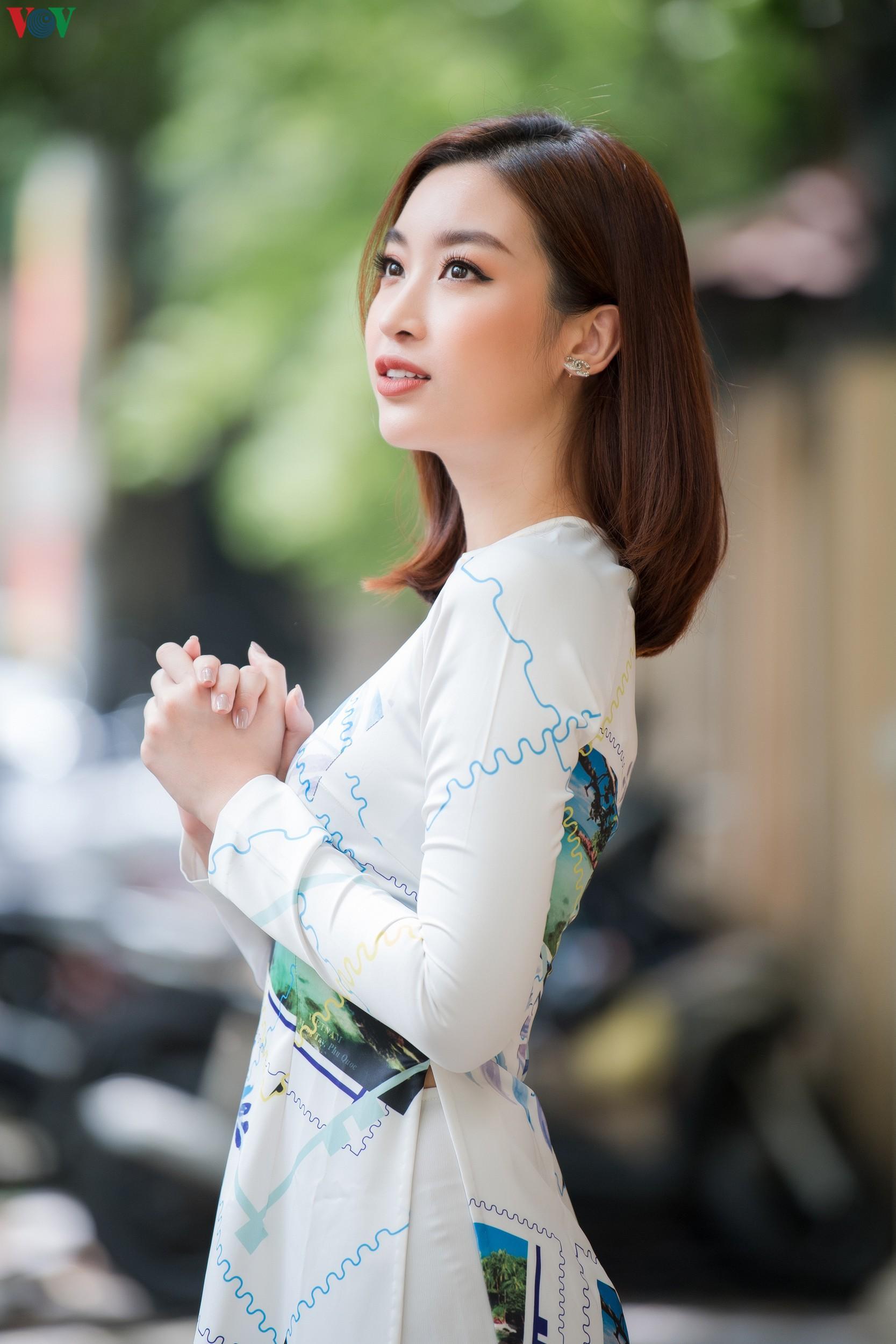 Hoa hậu Ngọc Hân, Đỗ Mỹ Linh đọ dáng với áo dài in hình biển đảo Ảnh 5