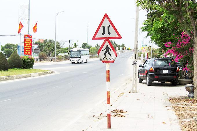 Biển báo giao thông đặt quá thấp Ảnh 1