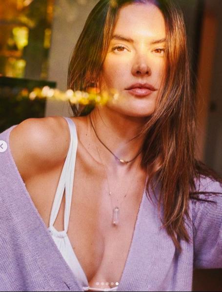 Alessandra Ambrosio tung ảnh khoe trọn bầu ngực táo bạo Ảnh 9