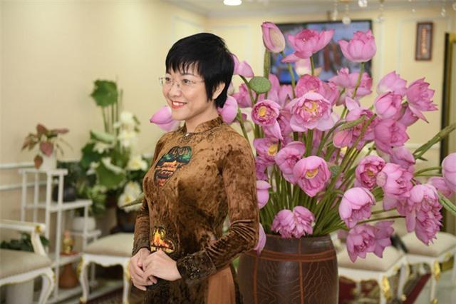MC Thảo Vân dịu dàng trong tà áo dài, duyên dáng bên hoa sen Ảnh 2