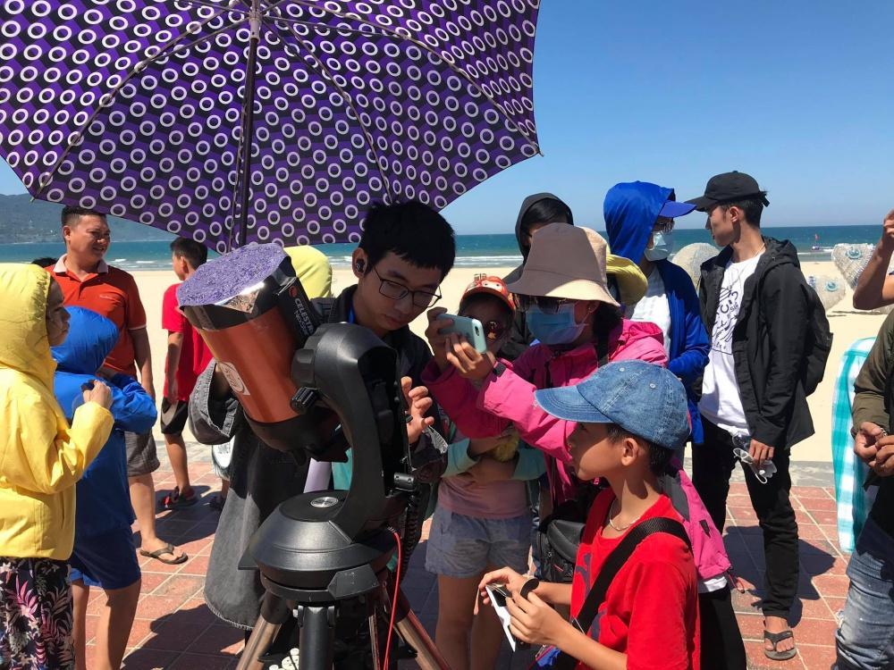 Người dân Đà Nẵng tập trung ở bãi biển chiêm ngưỡng nhật thực Ảnh 1