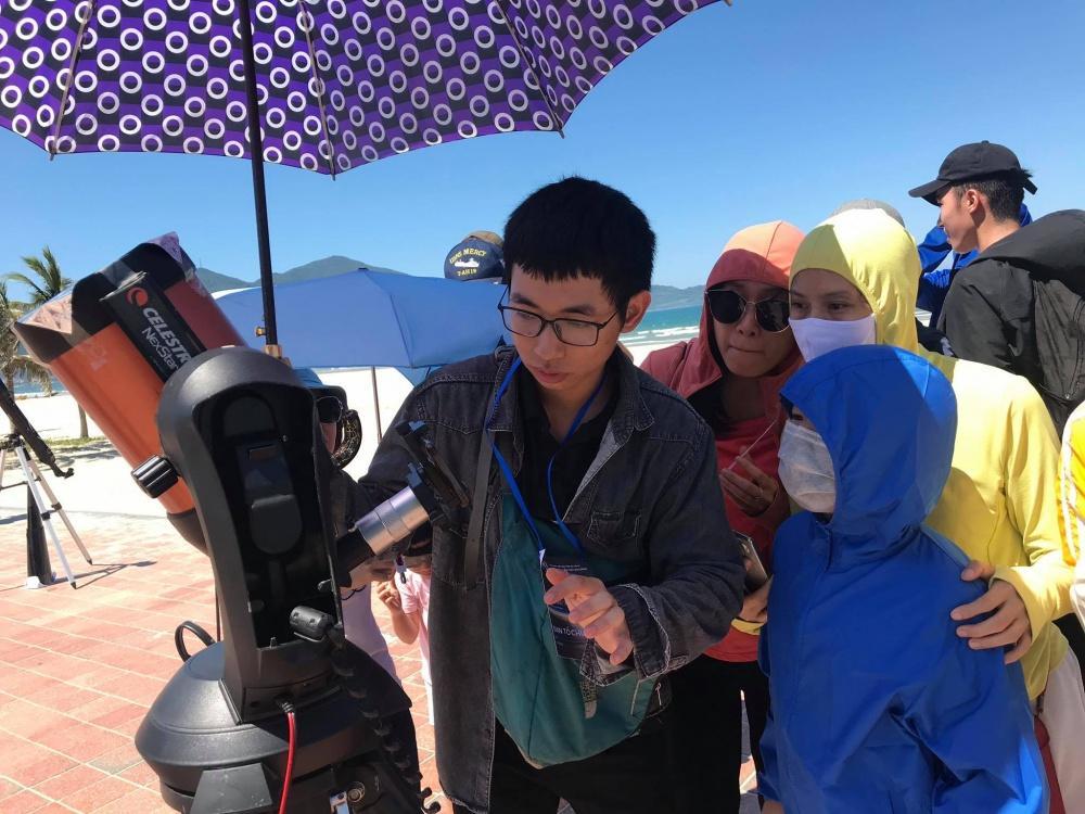 Người dân Đà Nẵng tập trung ở bãi biển chiêm ngưỡng nhật thực Ảnh 3