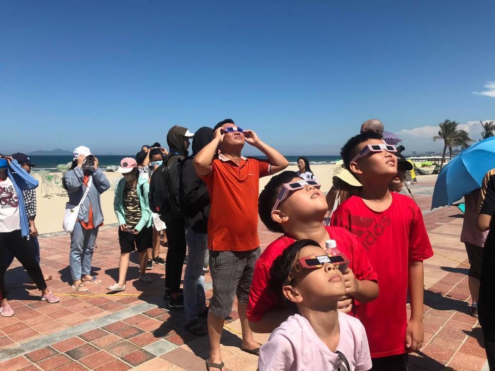 Người dân Đà Nẵng tập trung ở bãi biển chiêm ngưỡng nhật thực Ảnh 6