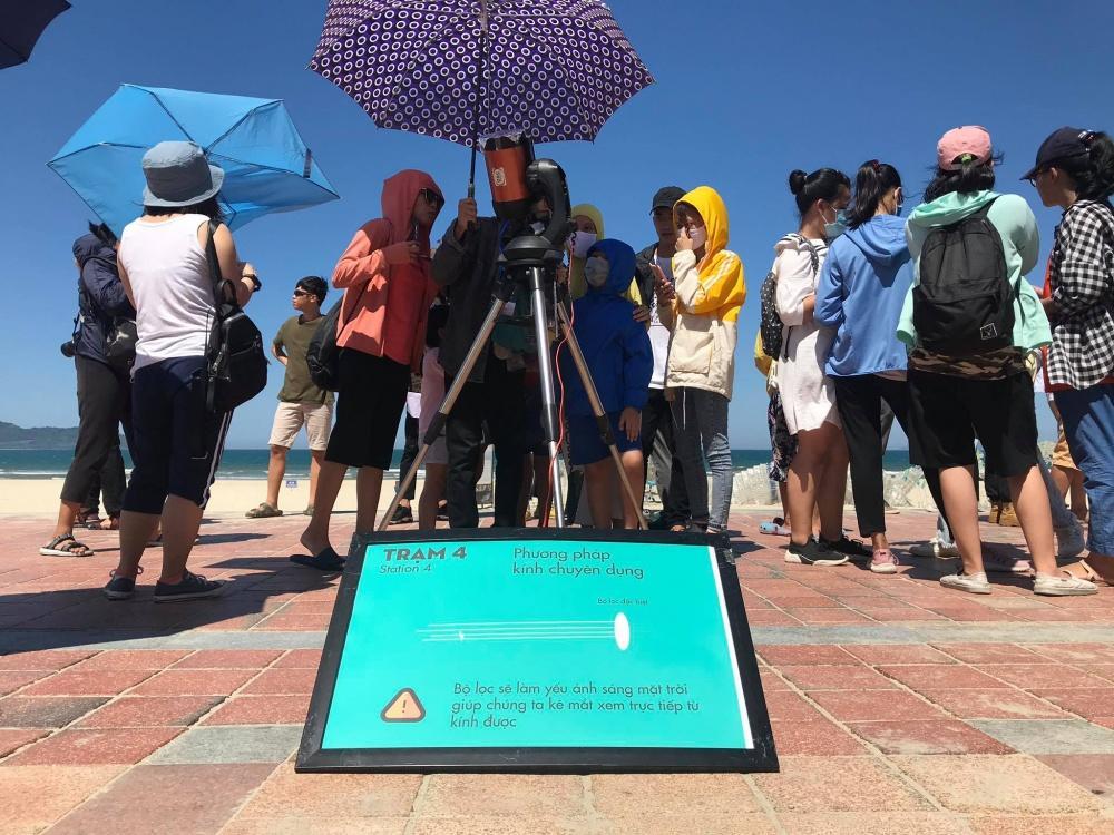 Người dân Đà Nẵng tập trung ở bãi biển chiêm ngưỡng nhật thực Ảnh 2