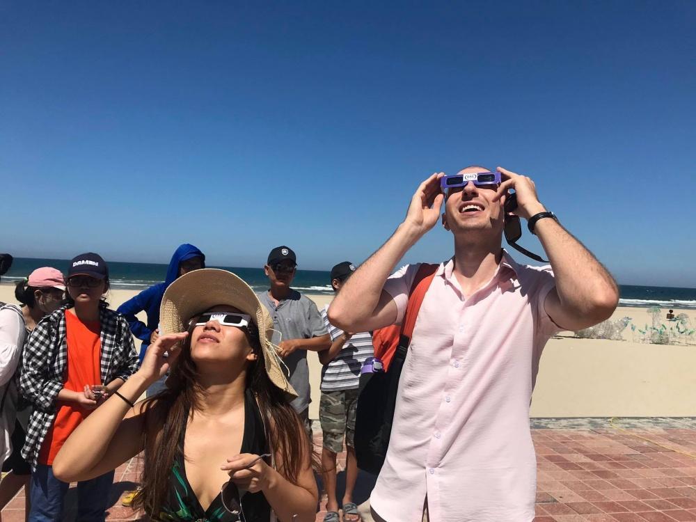 Người dân Đà Nẵng tập trung ở bãi biển chiêm ngưỡng nhật thực Ảnh 9