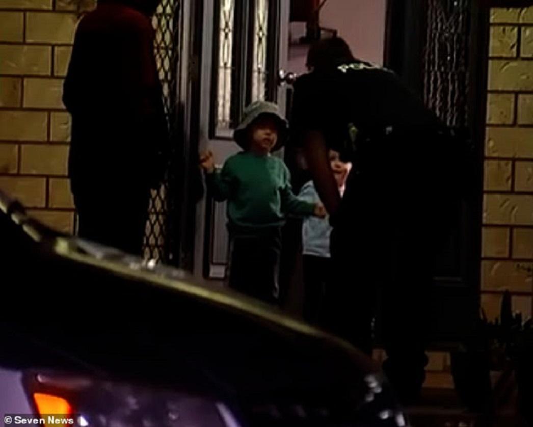 Cậu bé 3 tuổi lái xe đâm sập nhà hàng xóm Ảnh 3