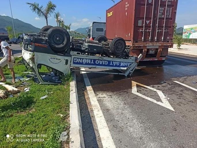 Bị đầu kéo tông từ phía sau, ô tô của CSGT lật, 2 cán bộ bị thương Ảnh 2