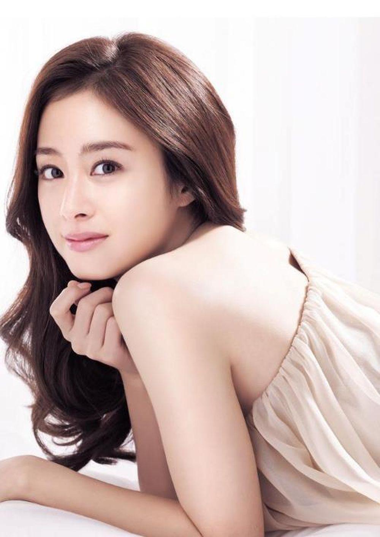 """Không hổ danh là """"biểu tượng nhan sắc"""" của Hàn Quốc, ngọc nữ Kim Tae Hee  đứng ở vị trí đầu tiên trong số những người đẹp nhất."""