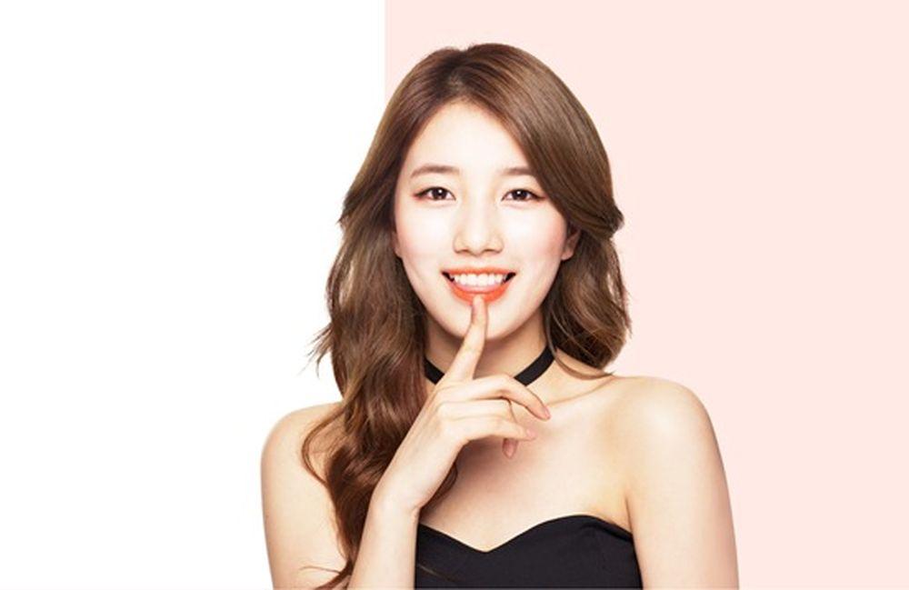 Suzy là nữ ca sỹ, diễn viên, người mẫu và MC nổi tiếng Hàn Quốc.