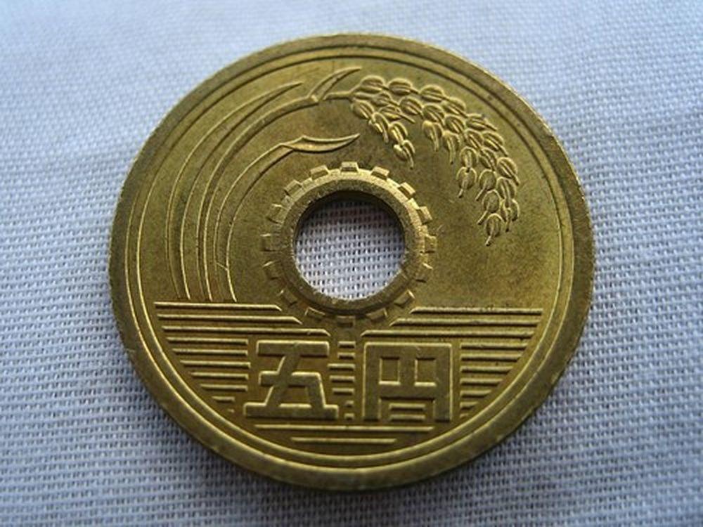 """Theo tiếng Nhật, đồng xu 5 Yên đọc là """"gô-en"""", trùng âm với một từ Hán tự  khác có ý nghĩa """"kết duyên"""" nên nó được xem như đồng xu may mắn."""