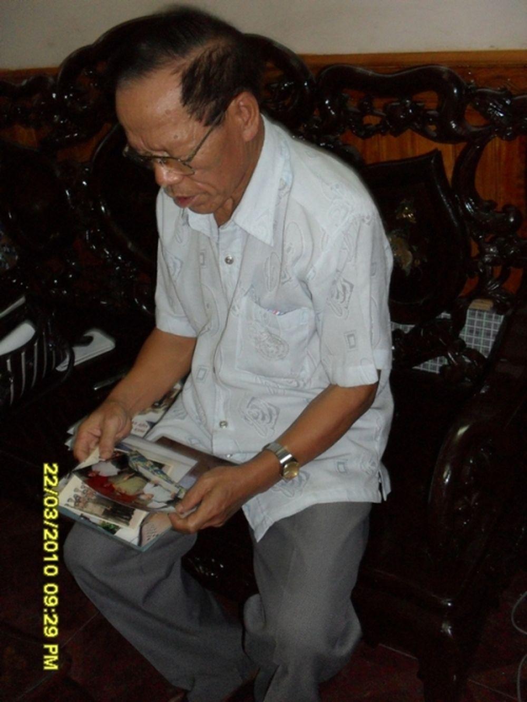 Thiếu tướng Lê Văn Thụ cho PV xem những tấm ảnh của các trận đánh lớn.