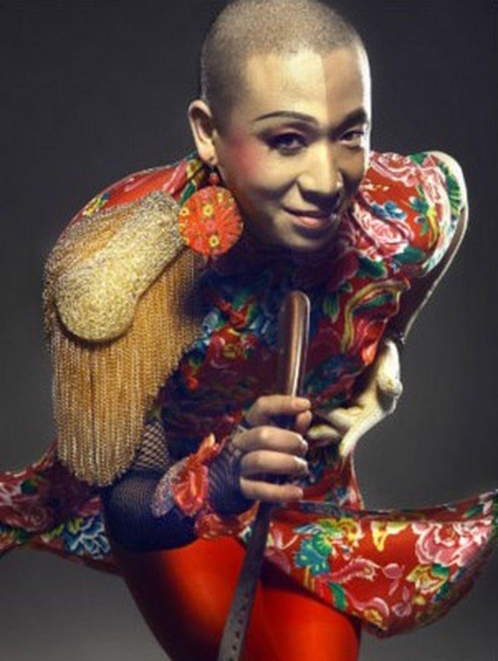... cũng không lo ảnh hưởng đến ai khác. Người tình của Vương Phi là Lương  Long, một ca sĩ nhạc rock cho biết anh và cô đã quen nhau từ 13 năm trước.