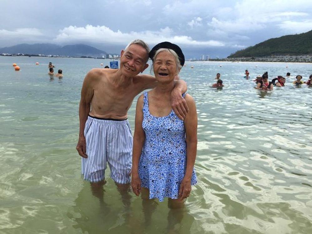 Mới đây, hình ảnh một cặp đôi cụ ông, cụ bà đi du lịch, vui chơi ở bãi biển  Nha Trang, Khánh Hòa với nhiều cử chỉ rất tình cảm, ...