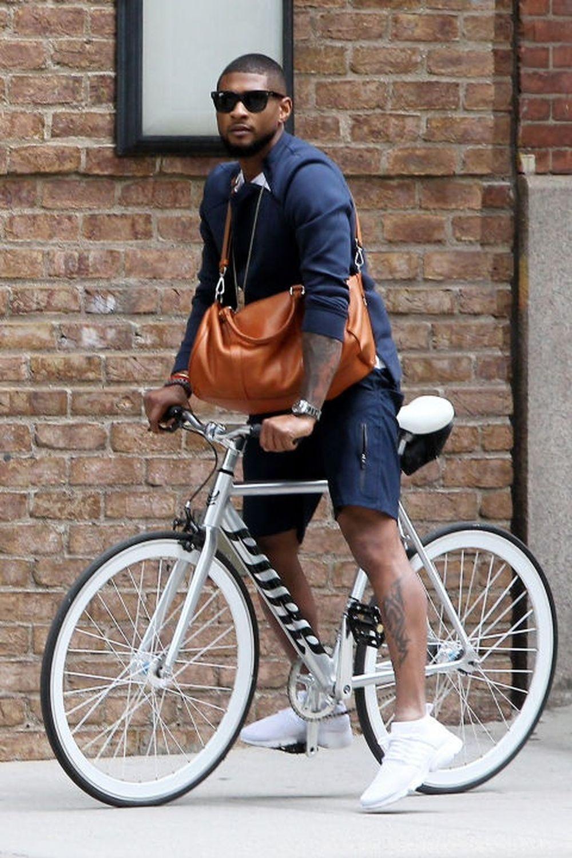 Quần denim rách gối cùng áo khoác dài và boot đến mắt cá mang lại vẻ đẹp cổ điển cho cô, và chiếc xe đạp càng tô điểm thêm cho vẻ đẹp ấy.