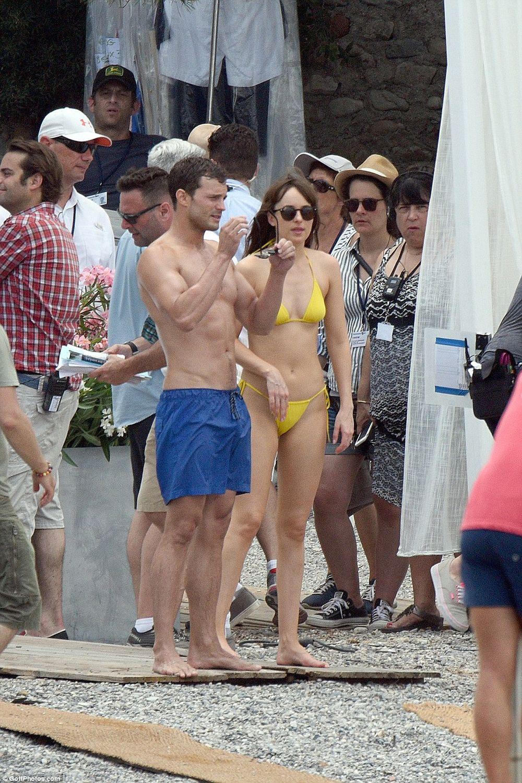 Dakota Johnson và bạn diễn - Jamie Dornan đã có mặt ở vùng bờ biển miền nam  nước Pháp hôm 12/7 thực hiện các cảnh quay cho 50 sắc thái phần 2.