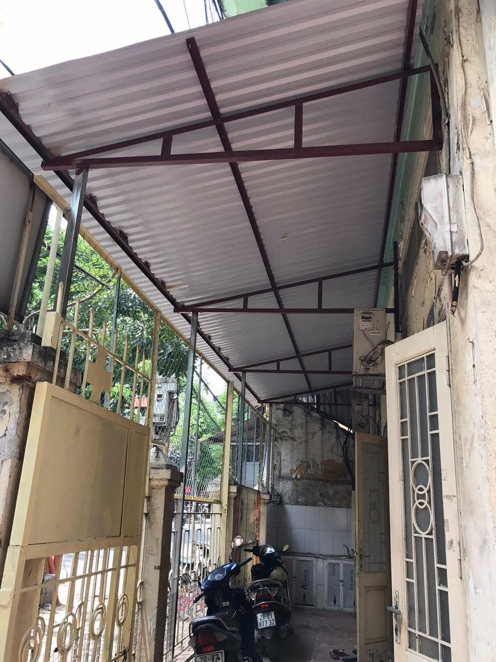 ... Bà Triệu có hành vi chiếm dụng lối đi chung, tổ chức lợp mái tôn cứng  trên phần sân chung của số nhà 103, hòng lập ki ốt cho thuê để kinh doanh.