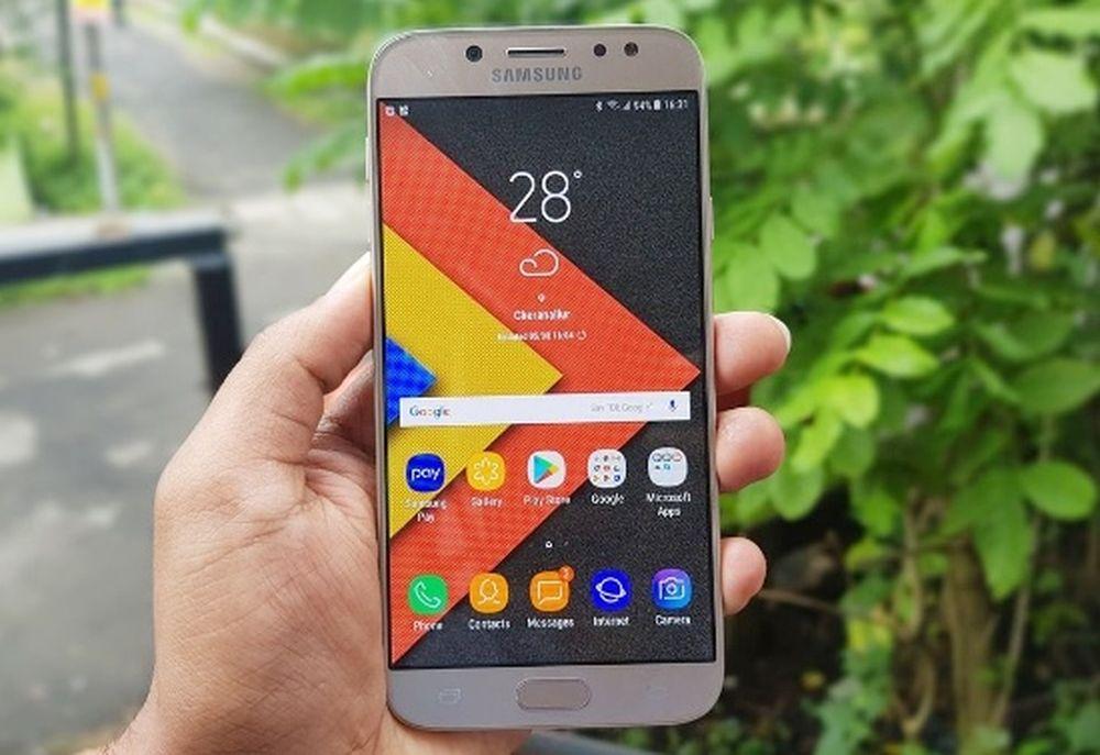 Trong khi Oppo F5 đại diện cho xu hướng thiết kế mới của năm 2017 thì  Galaxy J7 Pro vẫn là thiết kế cũ quen thuộc, không có gì đột phá so ...