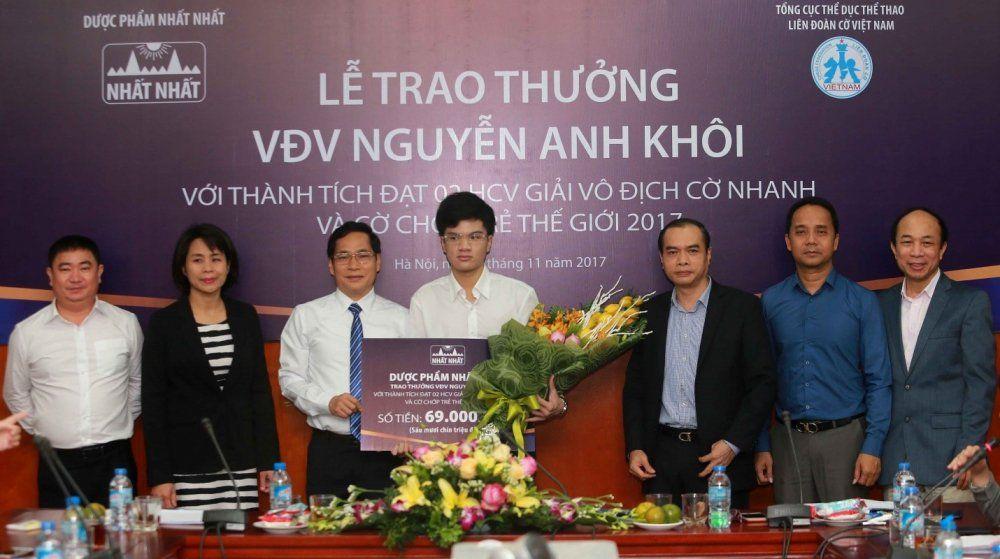 Ông Trần Thái Hoàng – Đại diện Nhất Nhất trao thưởng cho Nguyễn Anh Khôi