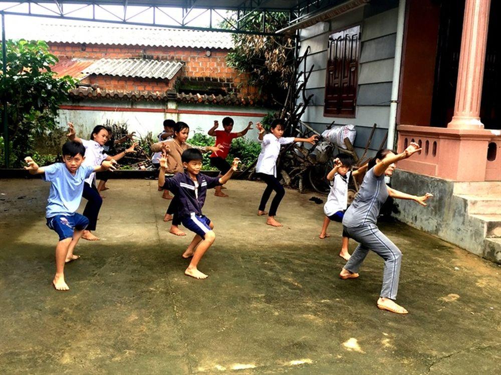 """Chuẩn võ sư Lâm Thị Hồng Hạnh (em gái võ sư Lâm Ngọc Ánh) đang dạy học trò  luyện võ. """""""