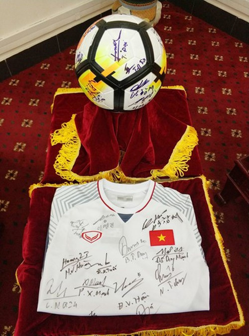 Quả bóng và áo đấu đội tuyển U23 tặng Thủ tướng - Ảnh: VTV