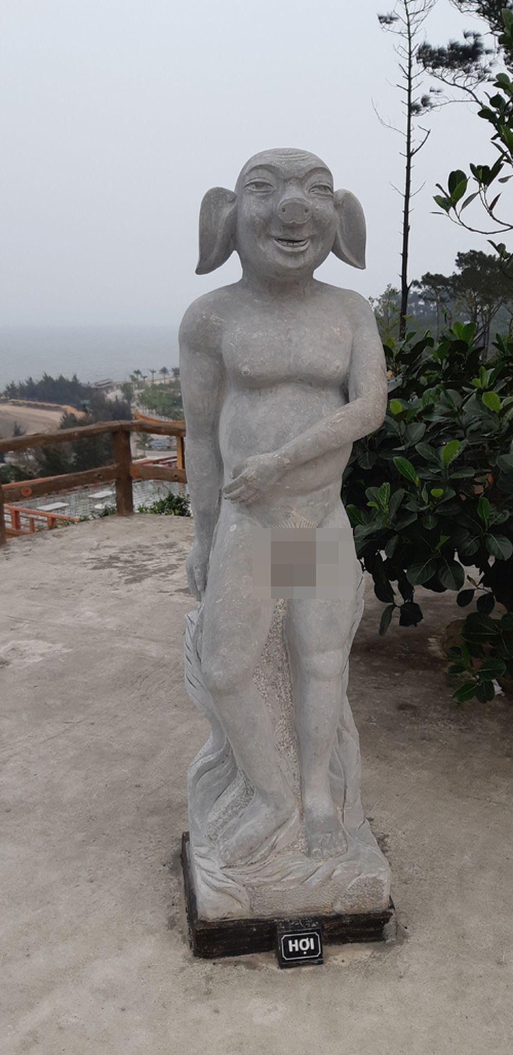 Các bức tượng được thiết kế theo hình tượng các con vật trong 12 con giáp, nhưng các con vật này lại có bộ phận sinh dục giống như bộ phận sinh dục ở ...