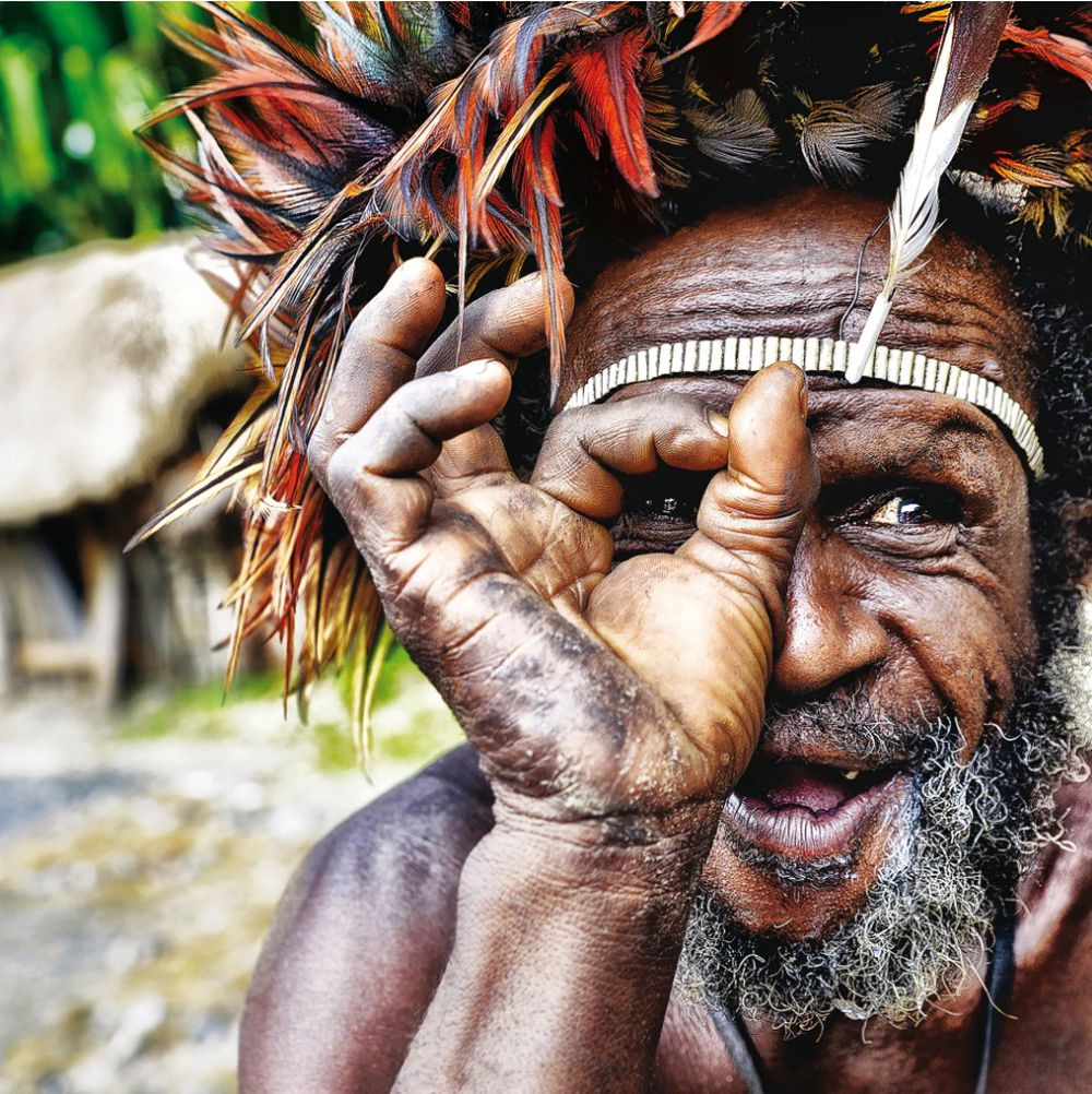 Người Đàn Ông Thuộc Bộ Tộc Dani Ở Tỉnh West Papua (Tên Cũ Là Irian Jaya),  Phía Tây New Guinea, Indonesia Tươi Cười Khi Nhìn Thấy Ống Kính Máy Ảnh.