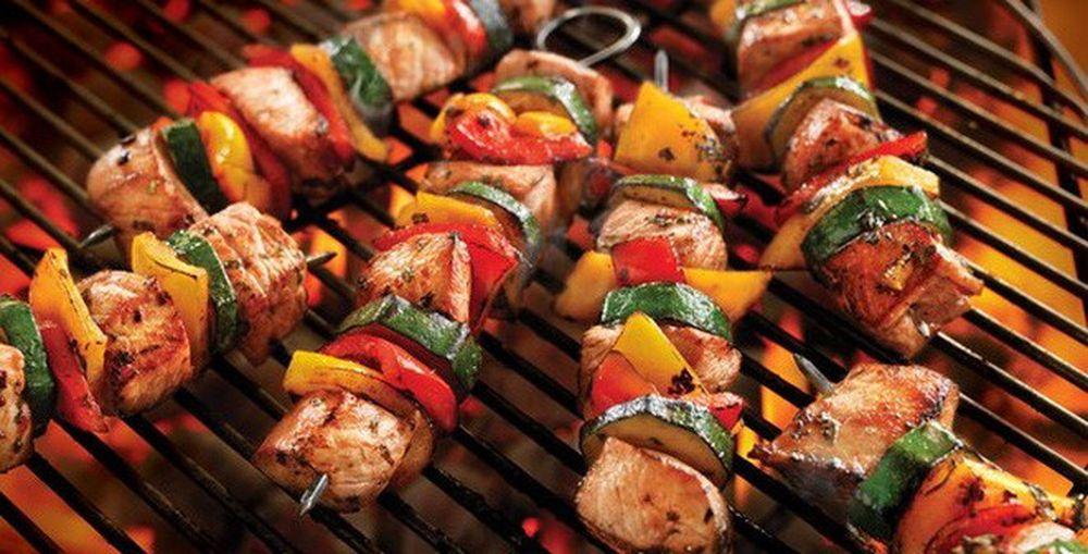 thịt xiên nướng đang nướng trên bếp lửa
