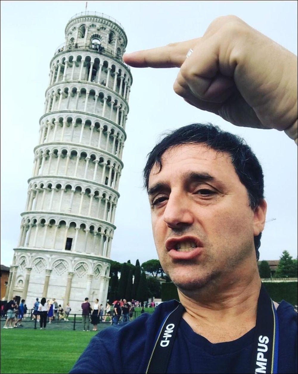 Một cách để chụp ảnh selfie cùng với các thắng cảnh là áp dụng hiệu ứng gần - xa như ảnh trên đây, ảnh trông sẽ vừa ấn tượng và cũng giúp ...