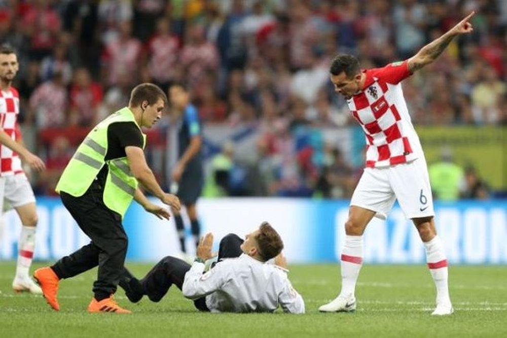 Phút 52, bốn người đàn ông mặc trang phục cảnh sát lao vào mặt sân thi đấu,  họ đã bị lực lượng chức năng bắt giữ ngay tức khắc và bị đưa ...