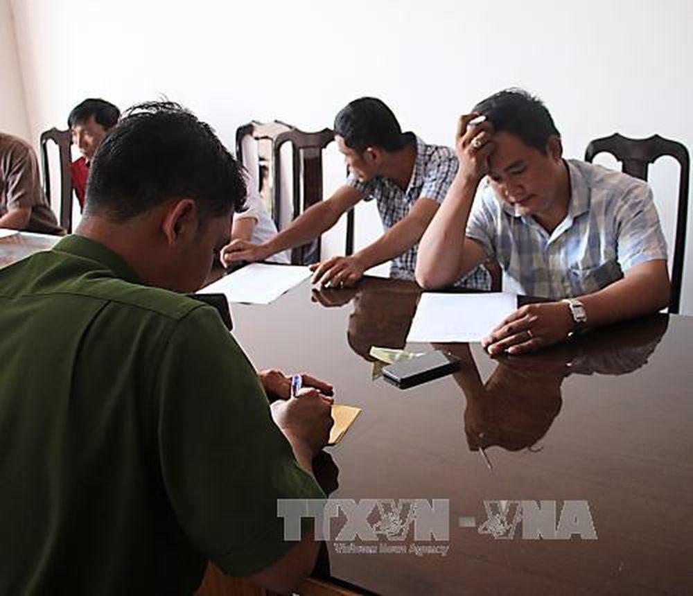 Hình ảnh các đối tượng tham gia đá gà tại trụ sở làm việc của cơ quan chức  năng: