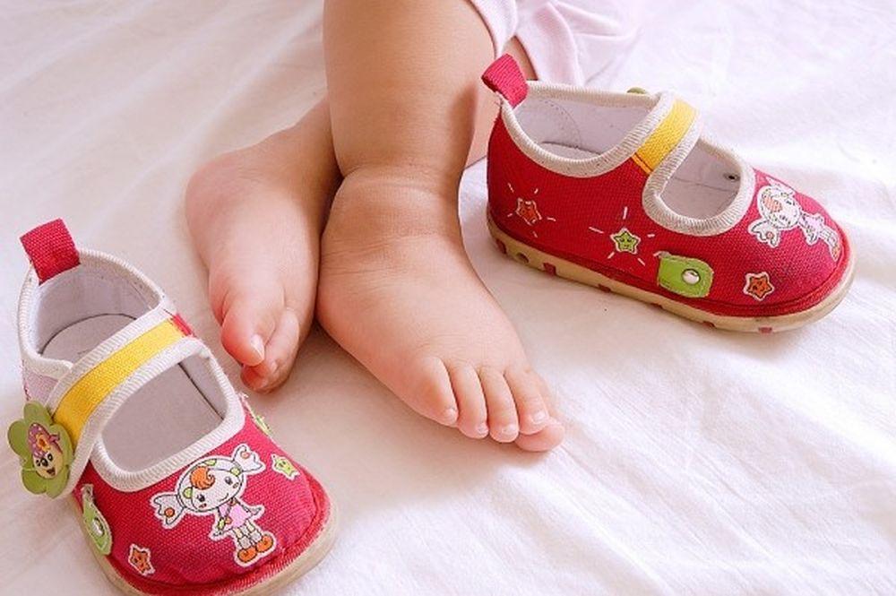Bé 10 tháng tuổi nên chọn giày đi bộ nào? - Phần 2
