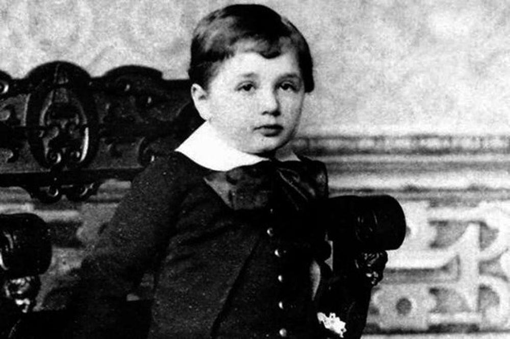 Einstein sinh ngày 14/3/1879 tại Đức. Khi sinh ra, phần sau đầu của  Einstein phát triển to hơn bình thường khiến gia đình ông lo lắng rằng  Einstein có vấn ...
