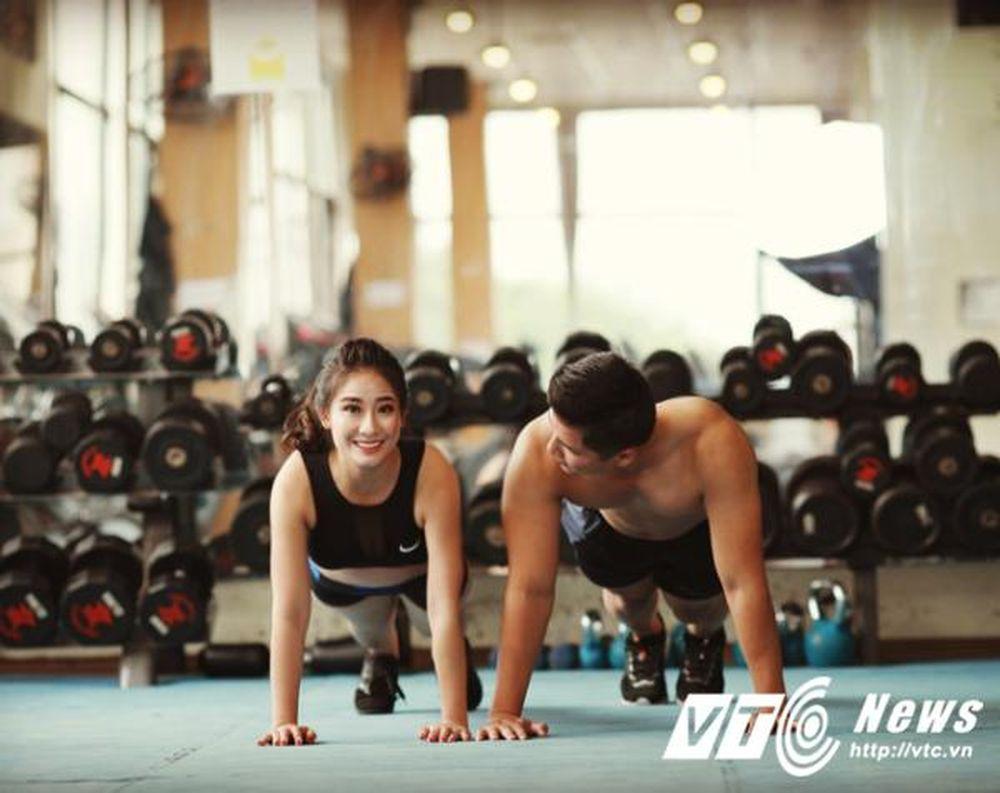 Cô dâu Đỗ Hoài Thu (sinh năm 1989) quen anh Nguyễn Mạnh Hùng (sinh năm 1988) ở phòng tập gym. Khi ấy, anh Hùng chính là huấn luyện viên hướng dẫn Thu ...