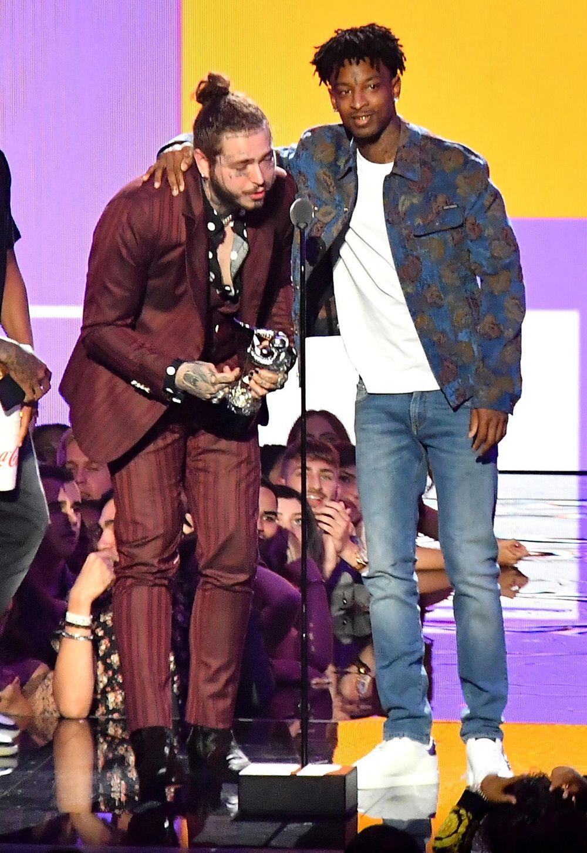 Ngôi sao ca nhạc Post Malone vô cùng bất ngờ khi được xướng tên ở hạng mục  Bài hát của năm với MV Rockstar, hợp tác cùng 21 Savage.