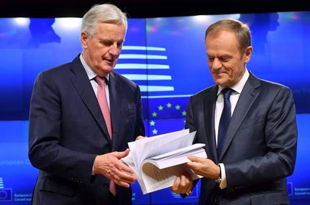 Trưởng Đoàn Đàm Phán Brexit Của Eu Michel Barnier (Trái) Và Chủ Tịch Hội  Đồng Châu Âu Donald Tusk Cầm Tập Dự Thảo Thỏa Thuận Brexit. Ảnh: Afp.