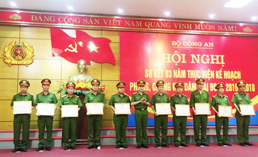 Đại diện lãnh đạo Công an một số đơn vị, địa phương được nhận Bằng khen của  Bộ Công an trong công tác đấu tranh phòng, chống mại dâm.
