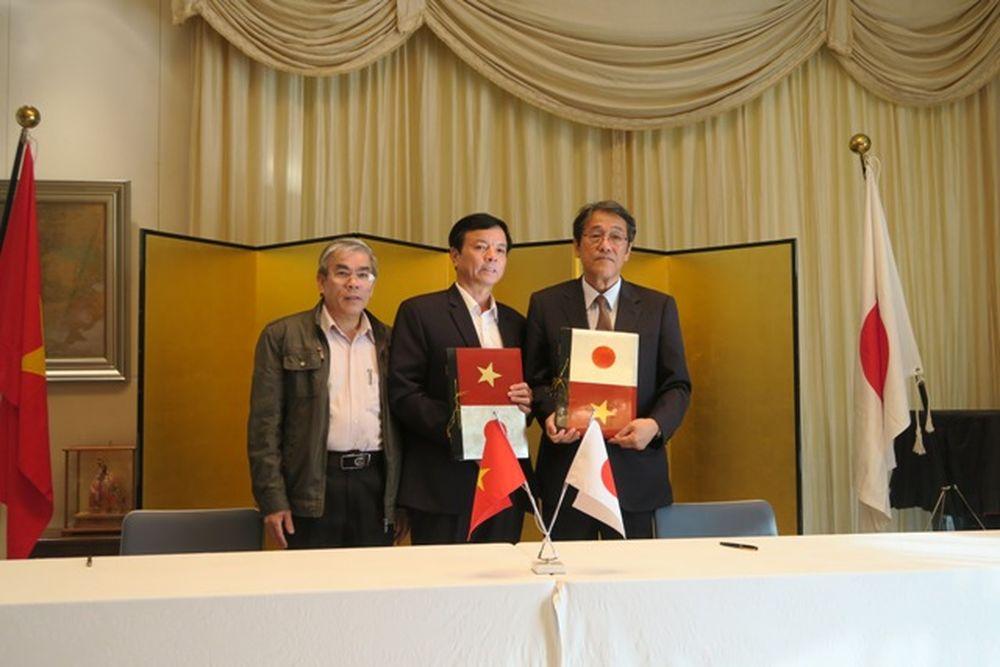 Đại sứ Nhật Bản tại Việt Nam Umeda Kunio (ngoài cùng bên phải)cùng đại diện một trong số các đơn vị nhận viện trợ. (Ảnh: ĐSQ Nhật Bản)
