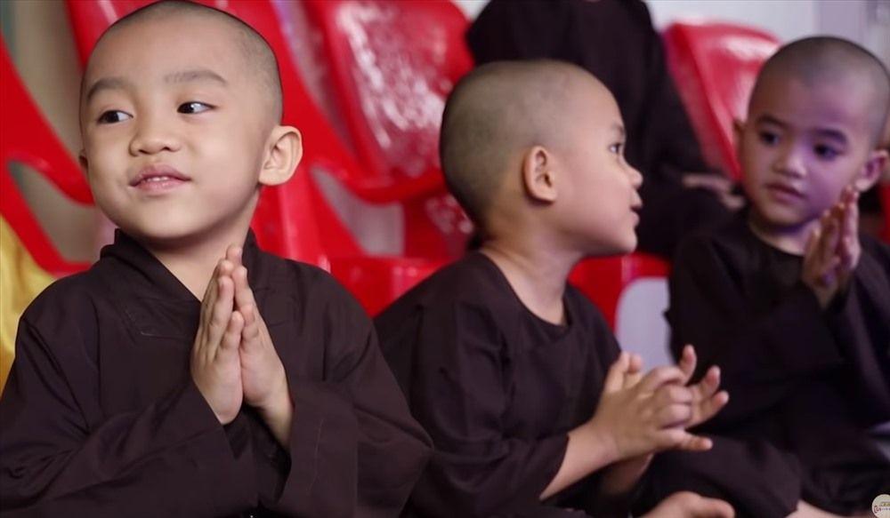 Pháp Tâm, Trí Tâm, Nghi Tâm, Ngọc Tâm và Minh Tâm là những chú tiểu tuổi  đời chỉ vừa 3 đến 4 tuổi. Đứa thì được ba mẹ đem tận chùa gửi ...