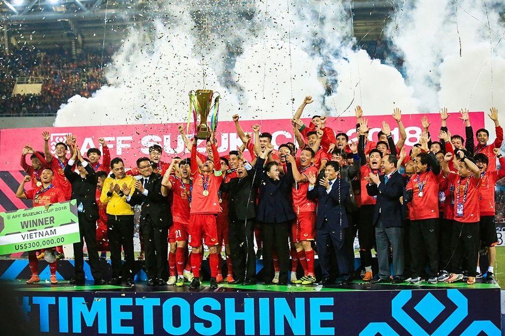 Các cầu thủ đội tuyển Việt Nam giành cúp vô địch Đông Nam Á - AFF Suzuki  Cup 2018 sau khi chiến thắng đội tuyển Malaysia với tỷ số chung cuộc 3-2 ... 9e75e1c414e