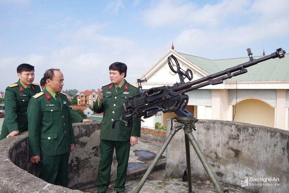Thượng Tá Thái Đức Hạnh - Chính Ủy Bộ Chqs Tỉnh Kiểm Tra Phân Đội Phòng  Không 12,7mm Của Ban Chqs Huyện Diễn Châu. Ảnh: Phong Quang